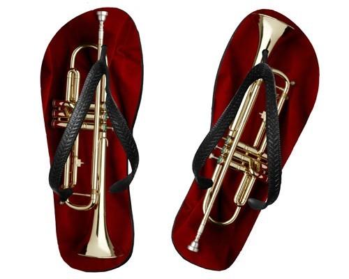 Tongs Trompette sur drap rouge